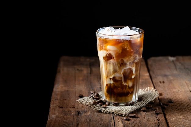 Ice caffè in un bicchiere alto con panna. Foto Premium