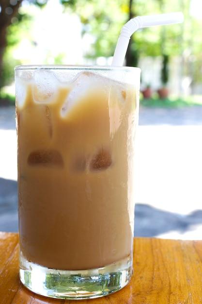 Ice caffè sul tavolo di legno Foto Premium