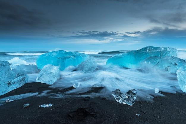 Iceberg alla spiaggia del diamante in islanda Foto Premium