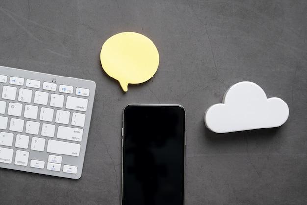 Icona della tecnologia cloud per il concetto di business globale su una scrivania dalla vista dall'alto Foto Premium