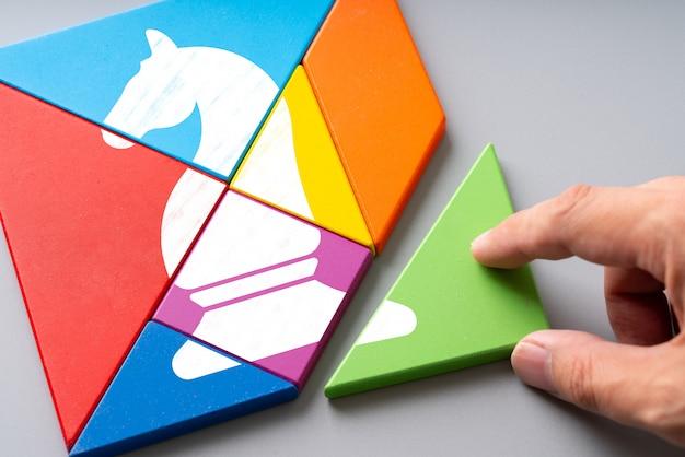 Icona di affari e strategia su puzzle colorato Foto Premium