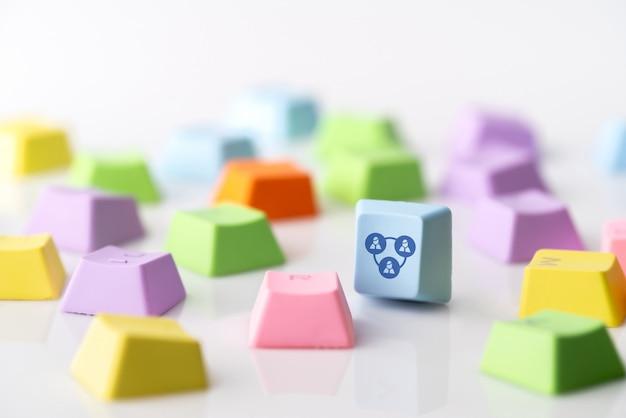 Icona di concetto di strategia aziendale, marketing e shopping online sulla tastiera del cubo e computer Foto Premium