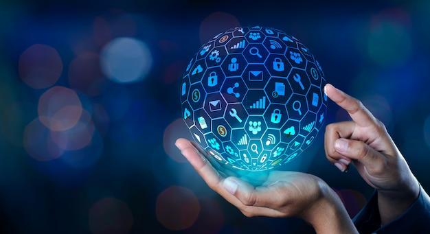 Icona internet world nelle mani di un uomo d'affari tecnologia di rete e comunicazione Foto Premium