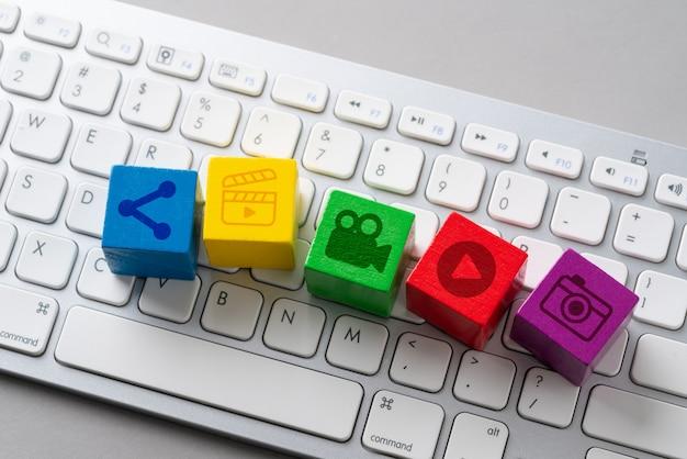 Icona social media sulla tastiera Foto Premium