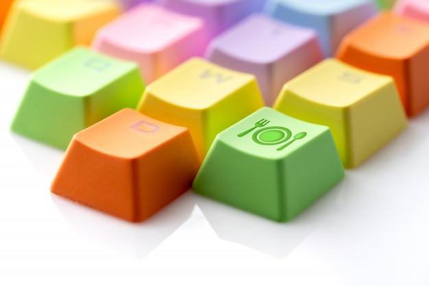 Icona variopinta di viaggio sulla tastiera di computer per il concetto di prenotazione online Foto Premium