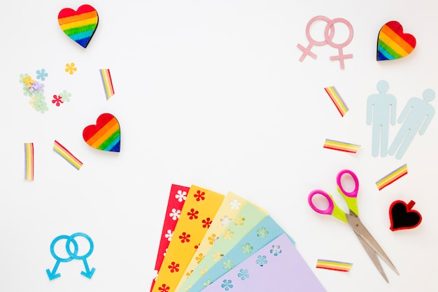 Icone omosessuali delle coppie con i cuori e gli arcobaleni sulla tavola Foto Gratuite