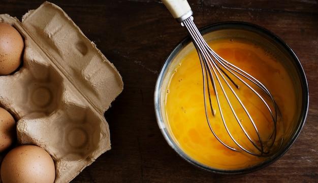 Idea di ricetta di fotografia di cibo uova battute Foto Premium