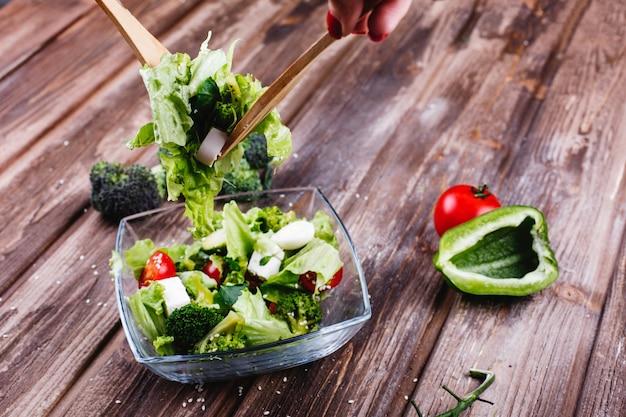 Idee per il pranzo o la cena fresca insalata di verdure, avocado, peperone verde, pomodorini Foto Gratuite
