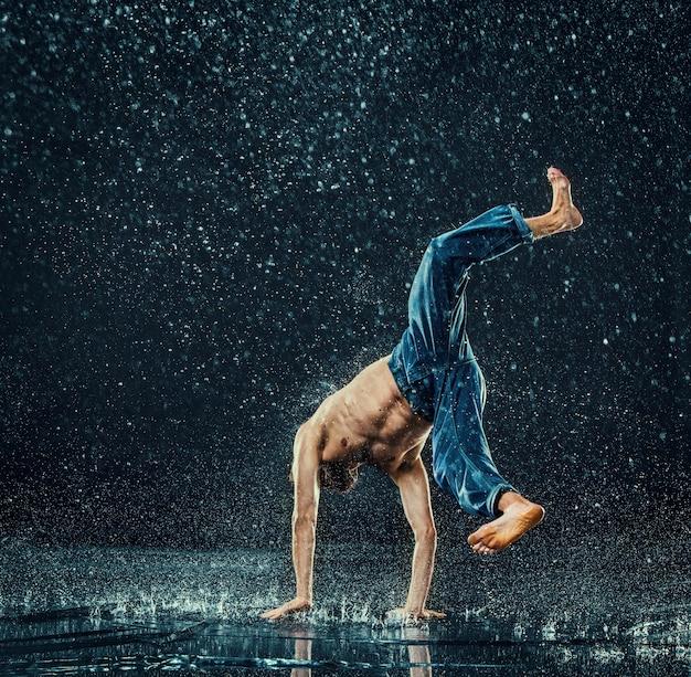 Il ballerino di break maschile in acqua. Foto Gratuite