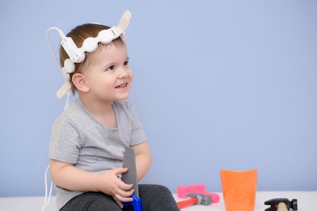 Il bambino prende le procedure magnetoterapiche in ospedale Foto Premium