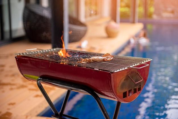 Il barbecue si sta preparando per la cena Foto Premium