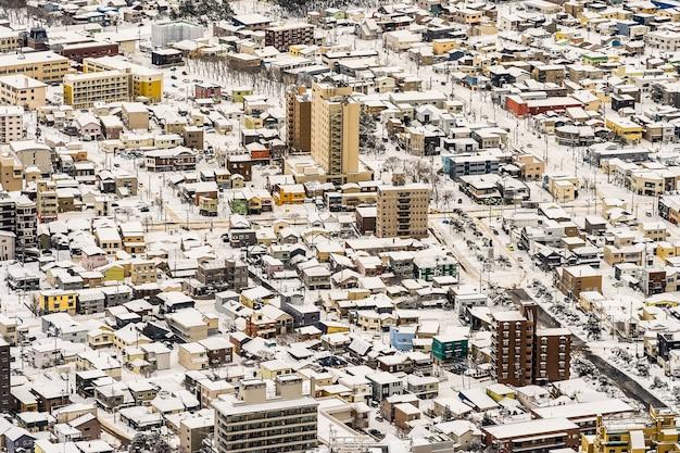 Il bei paesaggio e paesaggio urbano dalla montagna hakodate per guardano intorno all'orizzonte della città Foto Gratuite