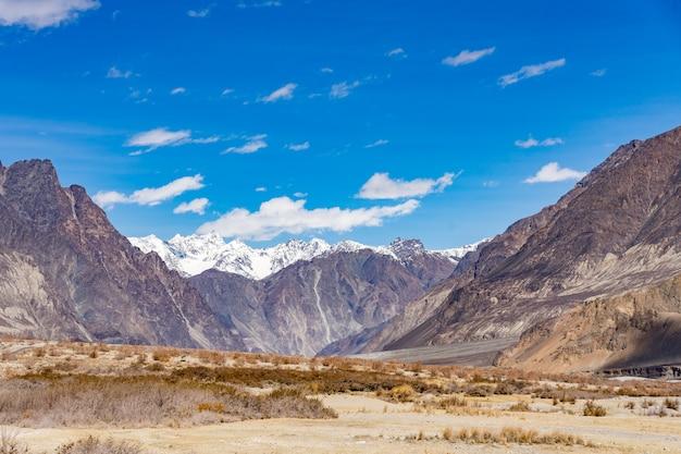 Il bello fondo del paesaggio della montagna in questo modo va alla valle di turtuk in ladakh, india Foto Premium