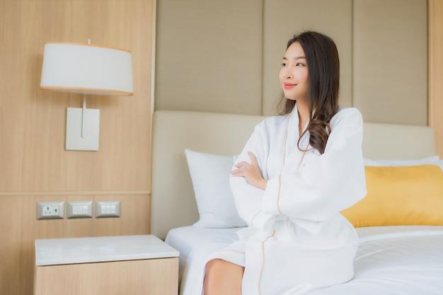 Il bello giovane sorriso asiatico della donna del ritratto felice si rilassa e svago Foto Gratuite