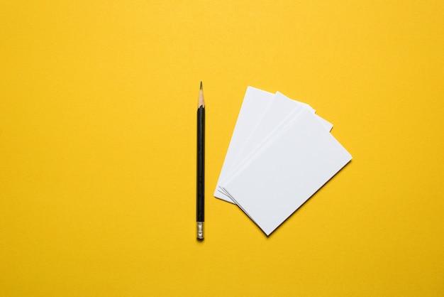Il biglietto da visita dell'uomo d'affari è disposto sfondo giallo. concetto di business con spazio di copia Foto Premium