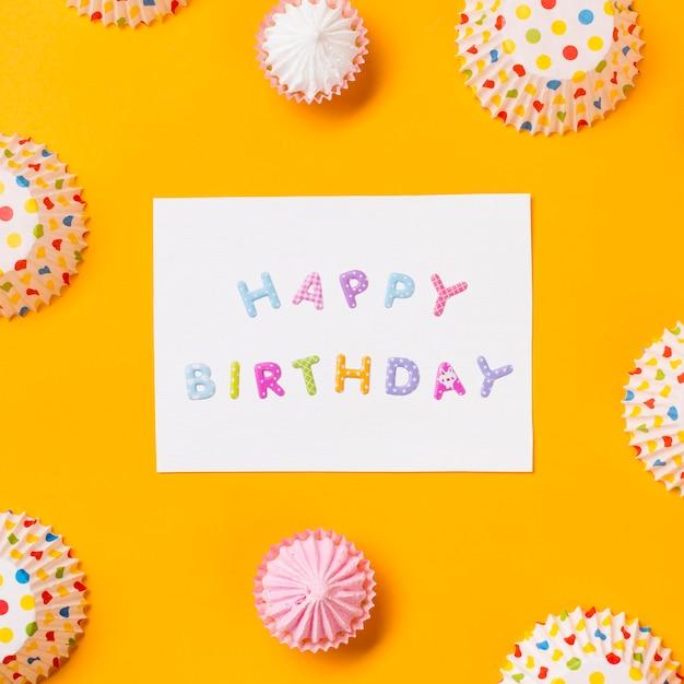 Il biglietto di auguri per il compleanno felice decorato con la torta di carta dei punti di akaw e di pois si forma su fondo giallo Foto Gratuite