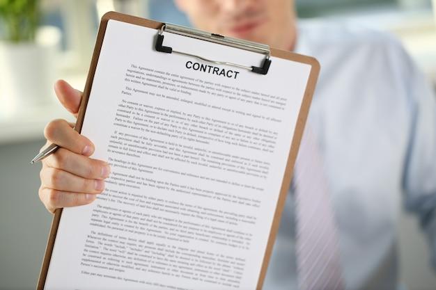 Il braccio maschile in tuta offre un modulo di contratto Foto Premium