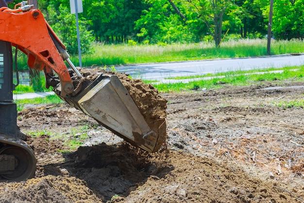Il bulldozer sposta l'attrezzatura per l'edilizia del suolo scavando il terreno Foto Premium