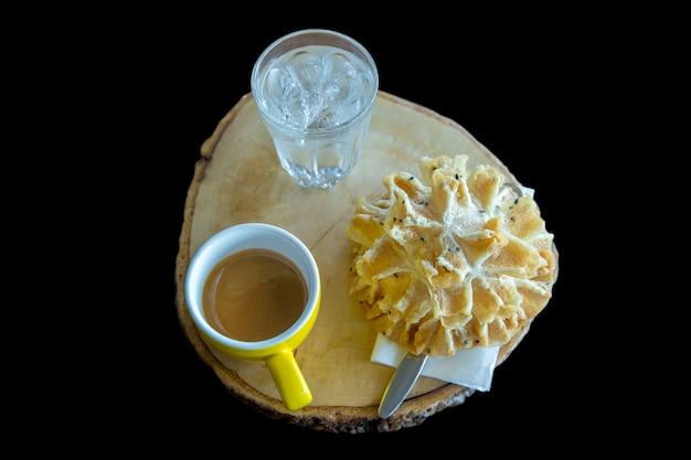 Il caffè con gli spuntini tailandesi (biscotti croccanti del fiore di loto) mette a fuoco selettivo. Foto Premium