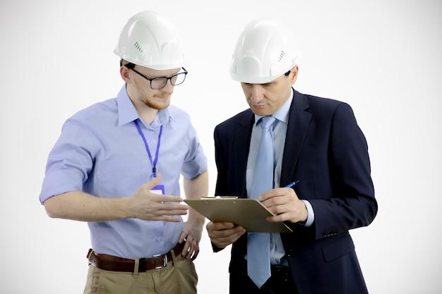 Il capo del progetto tiene appunti e discute i dettagli del prodotto con l'ingegnere capo Foto Premium