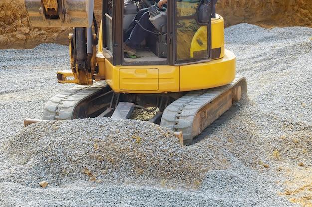 Il caricamento dell'escavatore in pietra funziona nella cava di ghiaia Foto Premium