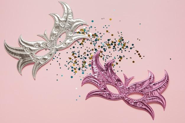 Il carnevale d'argento e rosa maschera la vista superiore Foto Gratuite