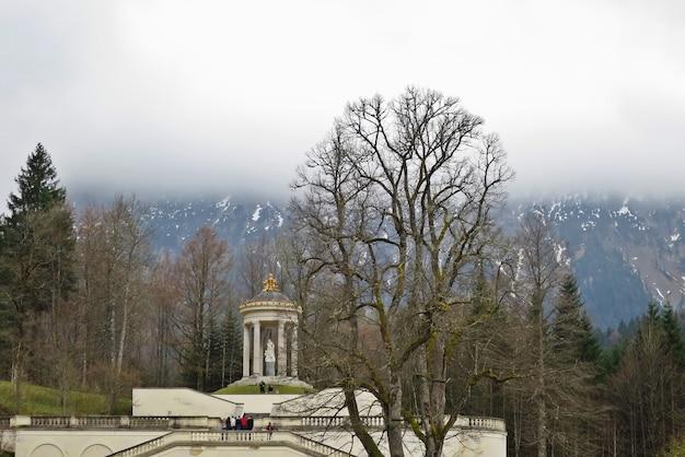 Il castello di linderhof è uno schloss in germania, nel sud-ovest della baviera, vicino all'abbazia di ettal. Foto Premium