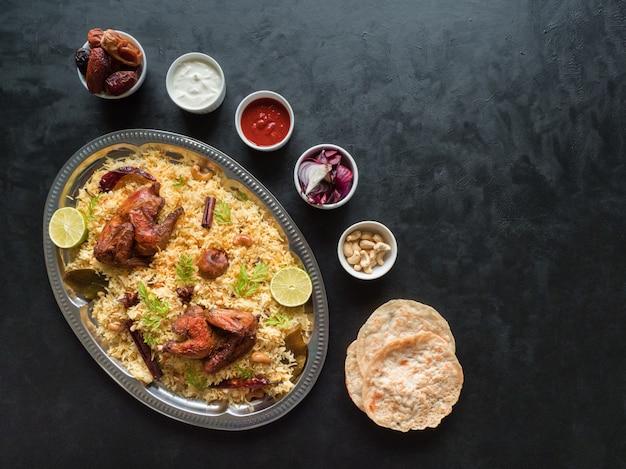 Il cibo tradizionale arabo lancia kabsa con carne Foto Premium