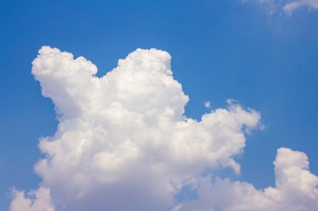 Il cielo blu ha nuvole bianche. Foto Premium