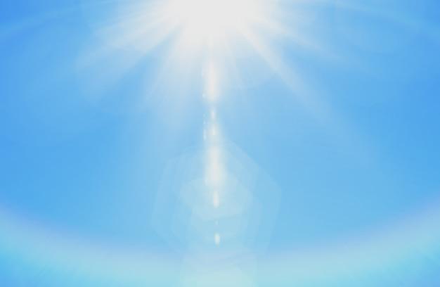 Il cielo con i raggi di sole chiarore bianco fluttuano il fondo lanuginoso della natura del cloudscape Foto Premium