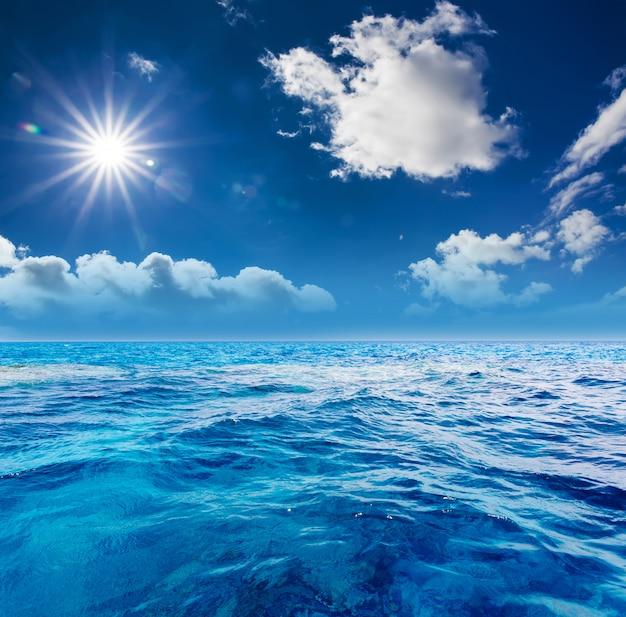 Il cielo nuvoloso perfetto e le acque superficiali Foto Premium