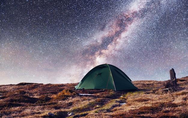 Il cielo stellato sopra la tenda in montagna. Foto Premium