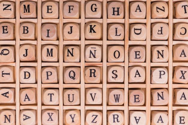 Il colpo completo della struttura dell'alfabeto ha sistemato sui dadi di legno Foto Gratuite