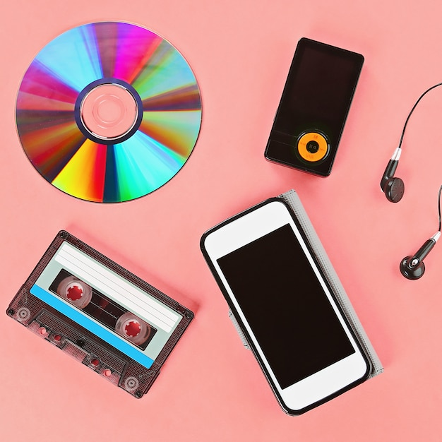 Il concetto dell'evoluzione della musica. cassetta, cd-disk, lettore mp3, telefono cellulare. Foto Premium