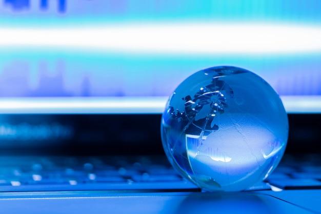 Il concetto di business del mondo del vetro su un laptop Foto Gratuite