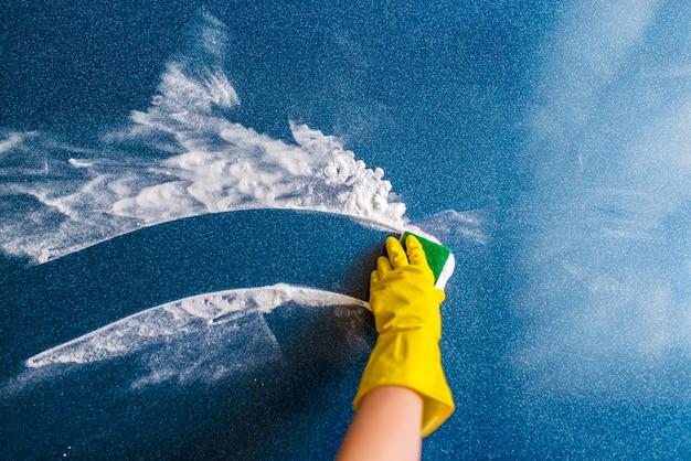 Il concetto di pulizia della casa, asciugandosi macchie e polvere. Foto Premium