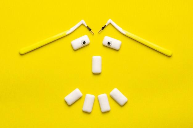 Il concetto di pulizia delle parentesi graffe con i fronti divertenti di gomme da masticare del fronte di sorriso. Foto Premium
