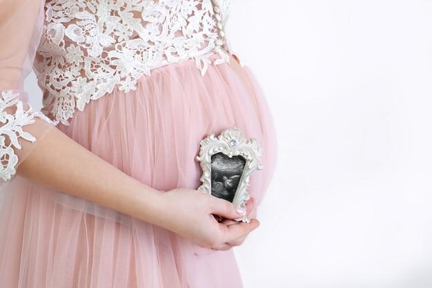 Il concetto di una gravidanza sana. stile di vita sano per una donna incinta. Foto Premium