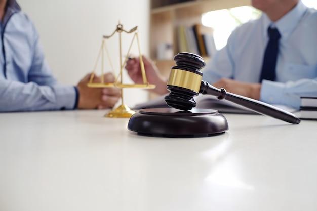 Il consulente legale presenta al cliente un contratto firmato con martelletto e legge legale Foto Premium