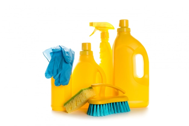 Il contenitore di plastica del prodotto di pulizia per la casa pulisce su fondo bianco Foto Premium