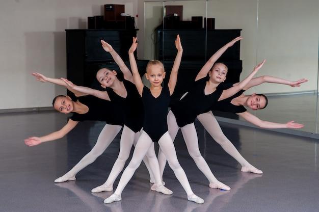 Il coreografo insegna le danze dei bambini. Foto Premium
