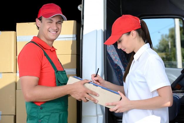 Il corriere invia al tirocinante un pacco da lei consegnato. Foto Premium