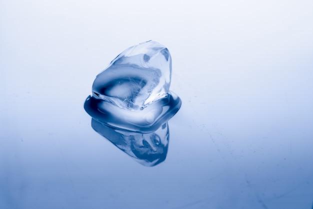 Il cubetto di ghiaccio si scioglie: concetto di riscaldamento globale Foto Premium