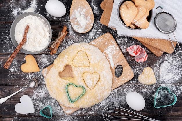 Il cuore di san valentino modella in pasta con utensili da cucina Foto Gratuite