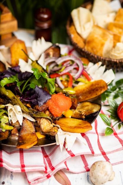 Il delizioso assortimento di carne e verdure. sac ici - cibo azerbaigiano. carne saltata Foto Gratuite