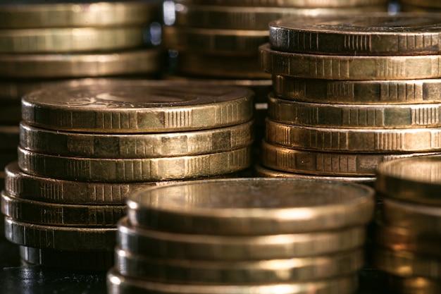 Il denaro impila il primo piano delle monete di metallo. messa a fuoco selettiva Foto Premium