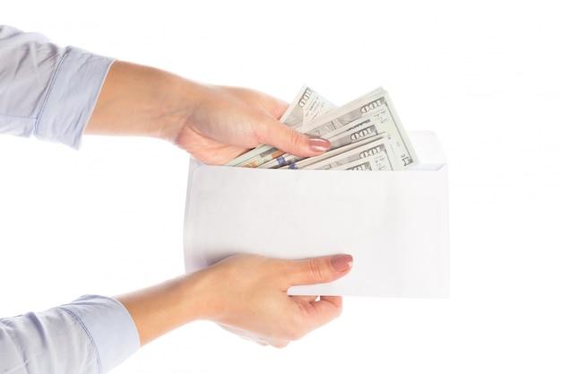 Il denaro in una busta, la corruzione. Foto Premium