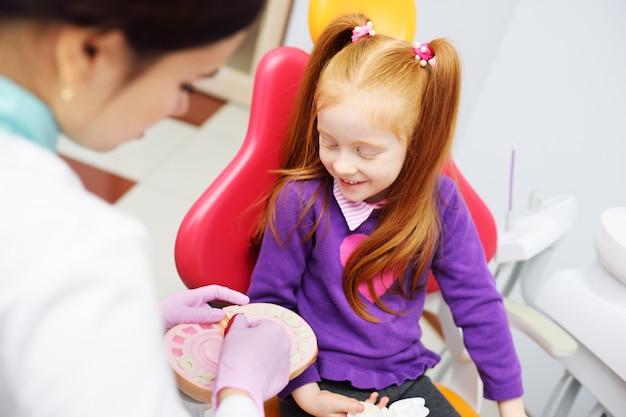 Il dentista racconta al bambino l'igiene orale Foto Premium