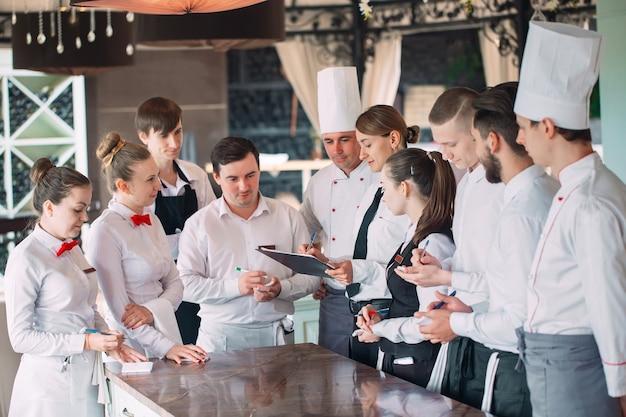 Il direttore del ristorante e il suo staff in terrazza, interagendo con il capo chef del ristorante, Foto Premium