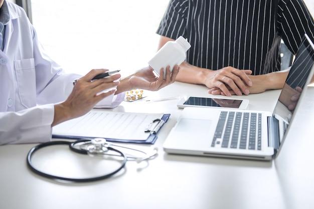 Il dottore che consulta il paziente che discute qualche sintomo della malattia e raccomanda i metodi di trattamento Foto Premium
